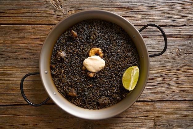 Receita de paella de arroz preto para dois da espanha