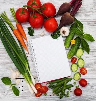 Receita de planejamento conceito com vegetais crus e ingredientes