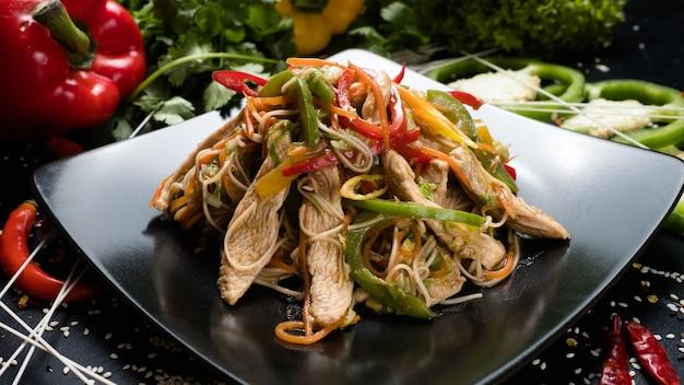 Receita de salada de legumes com frango. ingredientes alimentares da refeição e processo de cozimento