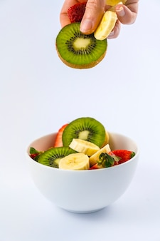 Receita de uma salada de frutas com kiwis, morangos, bananas