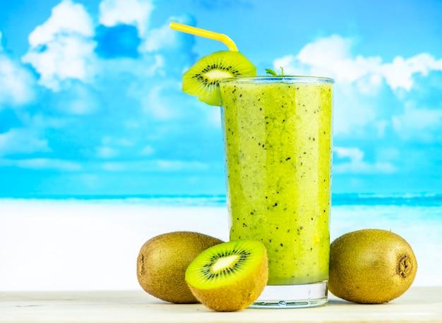 Receita de verão saudável smoothie de kiwi