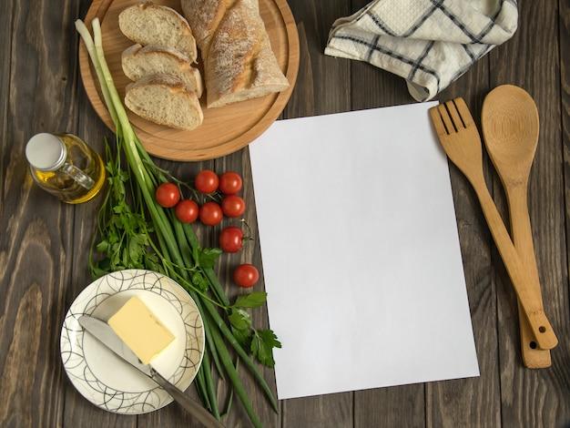Receita em branco na madeira com ingredientes alimentares saudáveis
