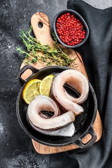Receita para cozinhar filé de pescada em uma panela.