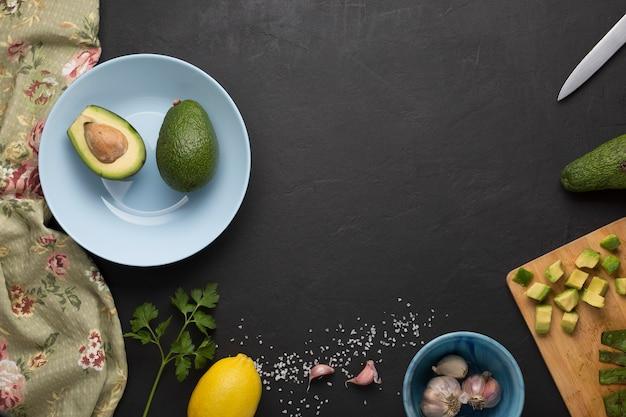 Receita para o preparo do molho mexicano de guacamole. comida mexicana