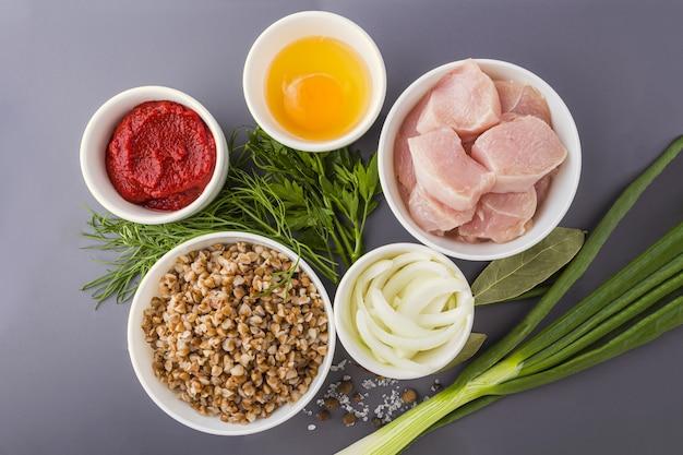Receita passo a passo. cozinhar costeletas de trigo sarraceno ou almôndegas