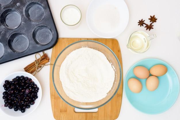 Receita passo a passo para bolos com groselhas. preparando a massa