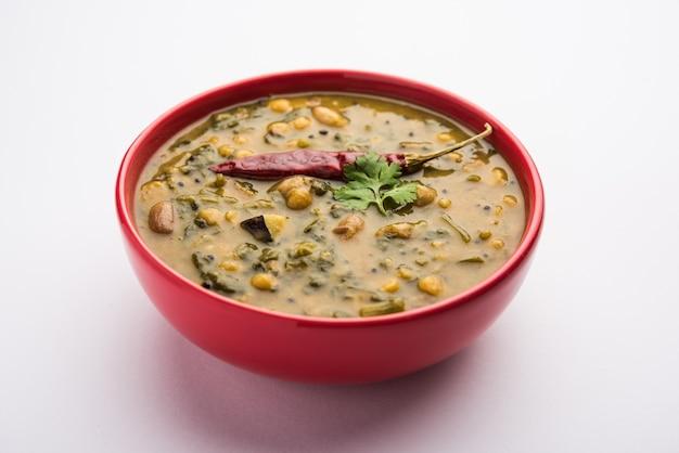 Receita saudável de dal palak ou espinafre de toor amarelo, também conhecida como patal bhaji na índia, servida em uma tigela