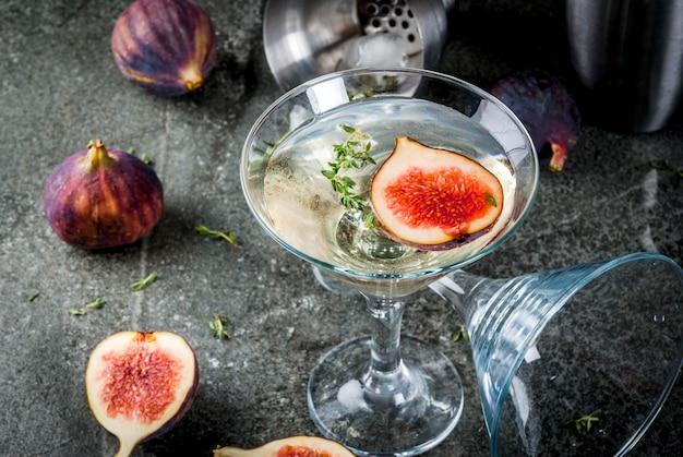 Receitas de bebidas de outono e inverno, coquetel martini com figo, tomilho e mel, na mesa de pedra preta,