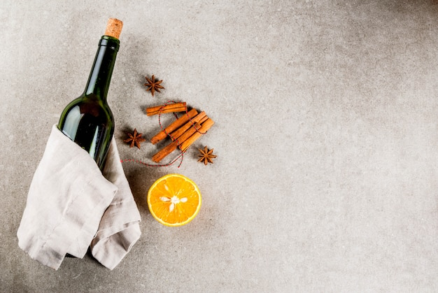 Receitas de bebidas quentes de natal conjunto de ingredientes para vinho quente: garrafa de vinho especiarias laranja