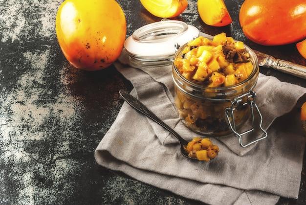 Receitas de comida indiana tradicional, chutney de frutas caqui com estrelas de canela e anis, copyspace enferrujado escuro