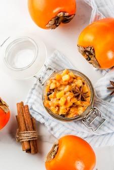 Receitas de comida indiana tradicional frutos de caqui chutney com estrelas de canela e anis fundo de mármore branco