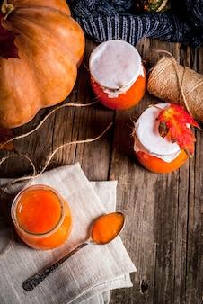 Receitas de outono, pratos de uma abóbora. doce de abóbora picante em uma jarra de servir