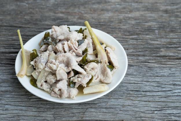 Receitas de porco salgados assadas com especiarias, galangal, capim limão, folhas de limão kaffir