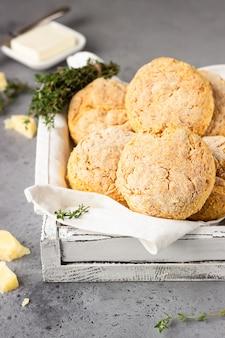 Recém-assados deliciosos scones ingleses caseiros com queijo e tomilho