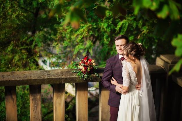 Recém-casado feliz bonito ao ar livre.