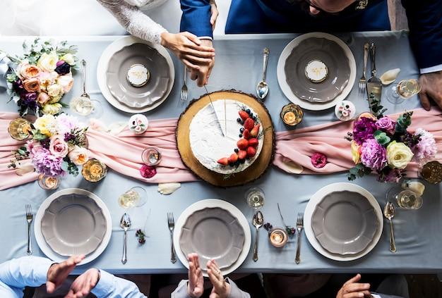 Recém-casado, par, mãos, corte, bolo, junto, vista aérea
