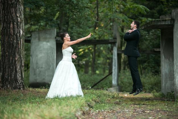 Recém-casados brincalhão que tem o divertimento