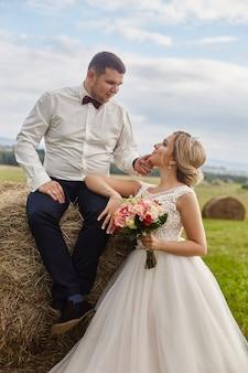 Recém-casados caminham e relaxam no campo, casamento
