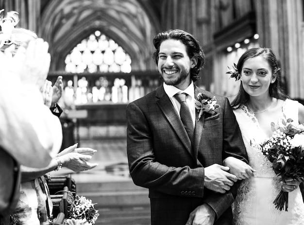 Recém casados casal andando pelo corredor
