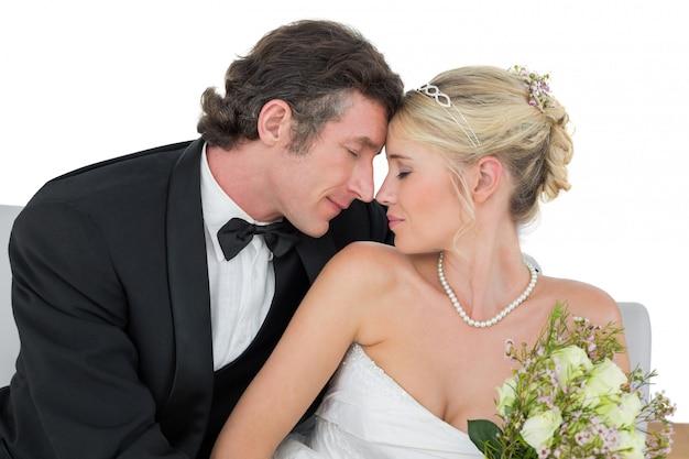 Recém casados casal com cabeça a cabeça