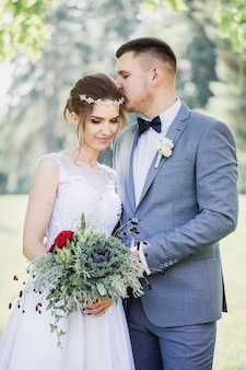Recém-casados com um buquê de repolho decorativo