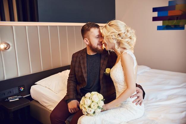 Recém-casados de manhã no quarto de hotel