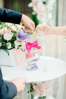 Recém-casados durante a cerimônia de areia