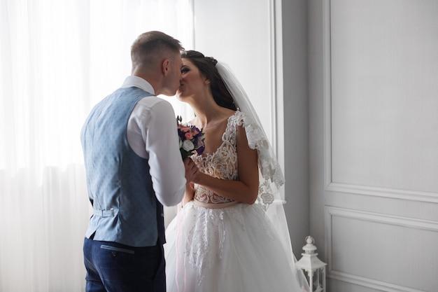 Recém-casados felizes no quarto de hotel