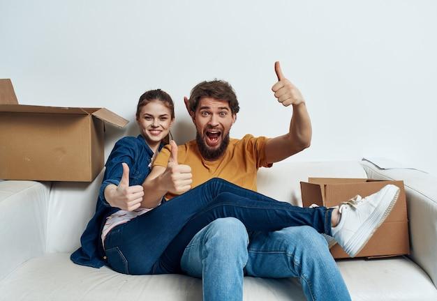 Recém-casados movendo caixas de boas-vindas com coisas dentro