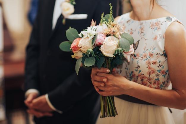 Recém-casados no casamento na igreja