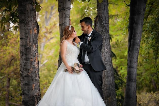 Recém-casados olhando um para o outro