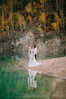Recém-casados perto de um lindo lago