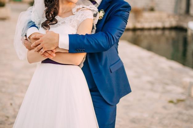 Recém-casados se abraçam em montenegro. casamento em montenegro.