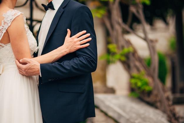 Recém-casados se abraçam em montenegro