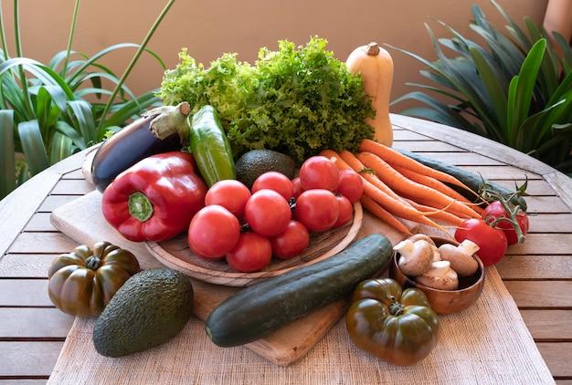 Recém colhidos legumes frescos em ambiente rústico