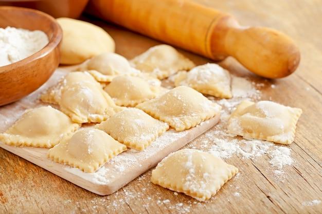 Recém-feitos caseiros deliciosos raviólis caseiros com um rolo