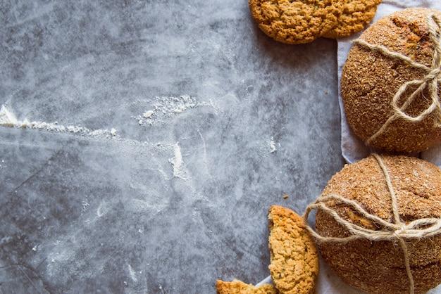 Recém-feitos pães na mesa com espaço para texto