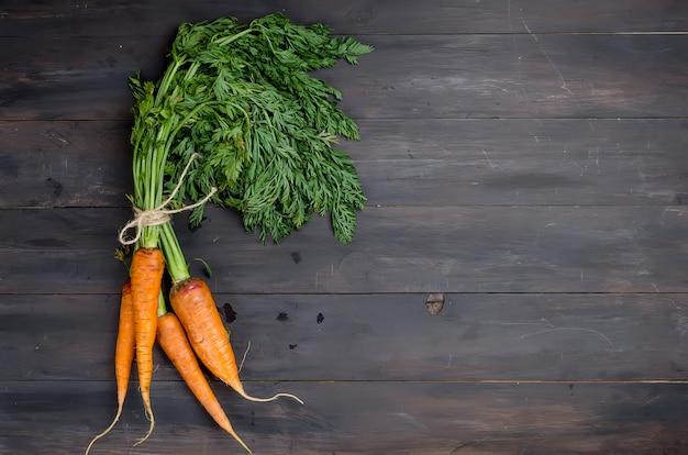 Recém-lavadas cenouras inteiras com folhas