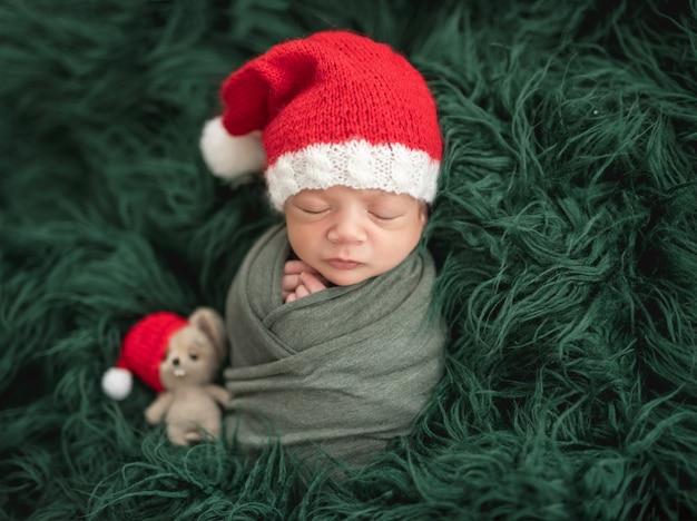 Recém-nascido adorável no chapéu de papai noel