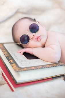 Recém-nascido asiático dormindo. garoto adorável e filho pequeno dos pais