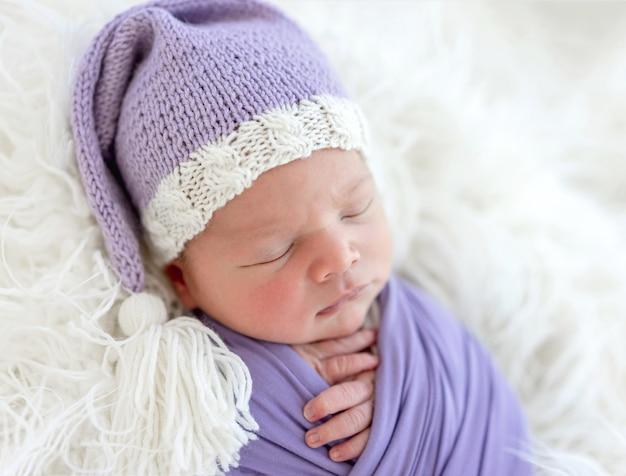 Recém-nascido bonito com chapéu de malha