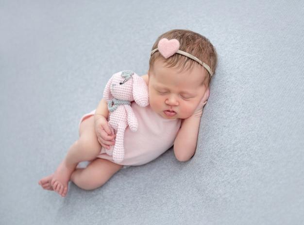 Recém-nascido bonito dormindo com brinquedo