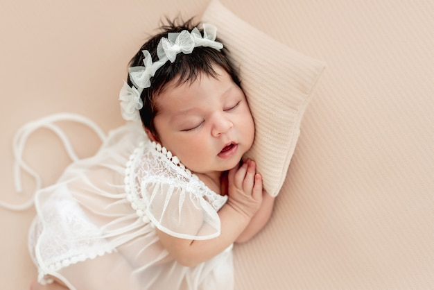 Recém-nascido bonito dormindo no lado