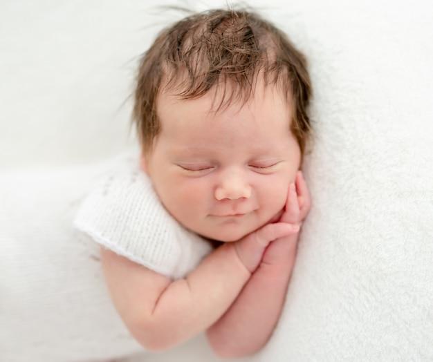 Recém-nascido dormindo no estômago