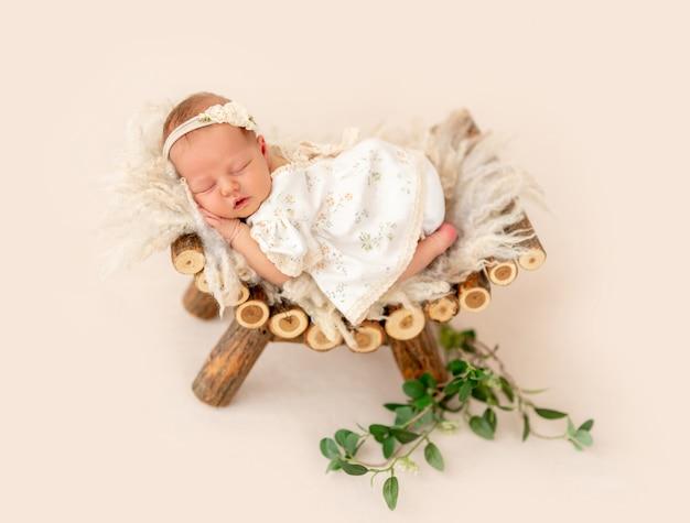 Recém-nascido dormindo no pedestal
