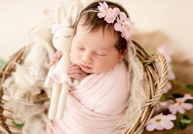 Recém-nascido em diadema floral