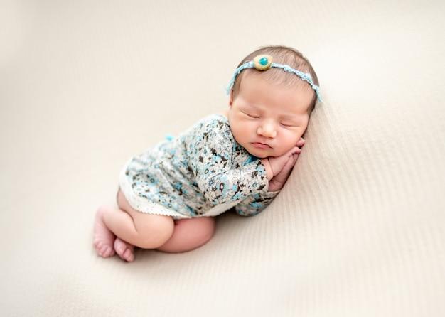 Recém-nascido encantador dormindo do lado