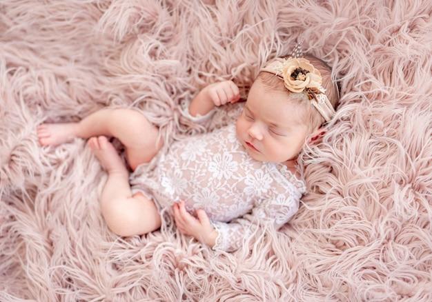 Recém-nascido encantador vestindo terno de renda