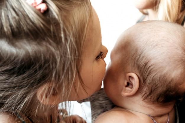 Recém-nascido irmão e irmã 5 anos amor ternura relações familiares