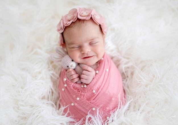 Recém-nascido lindo sorrindo em sonho